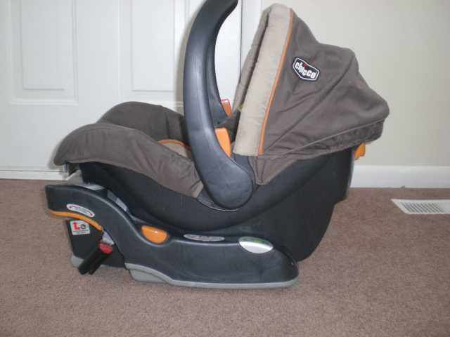 Chicco Infant Car Seat W / Base