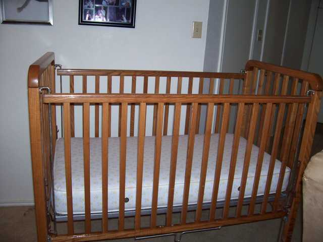 Crib With Mattress - Excellent Condition!
