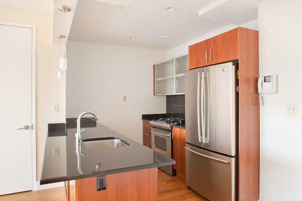 W / Sweet Layout In Condo Building W / Mynt Amenities & Free Parkin