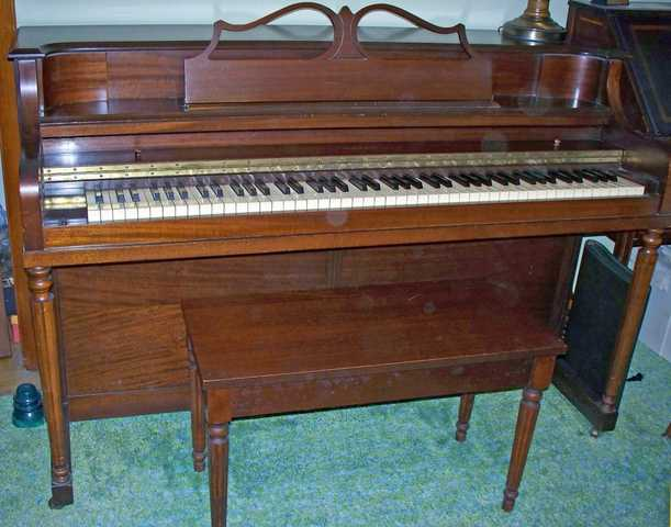 Piano Spinet Estey