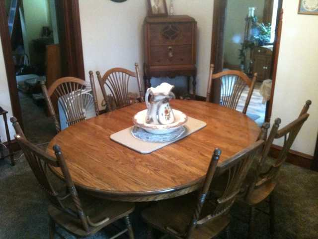 Beautiful Solid Oak 7 - Piece Dining Room Table Set - $500
