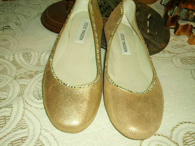 Beautiful Pair Of Steve Madden Gold Flats Size 7 1 / 2m
