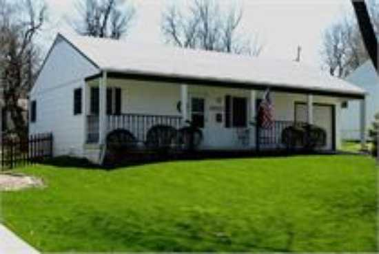 This Ranch Style Home Comes With 2 Bedrooms, 1 Bathroom, Hardwoo