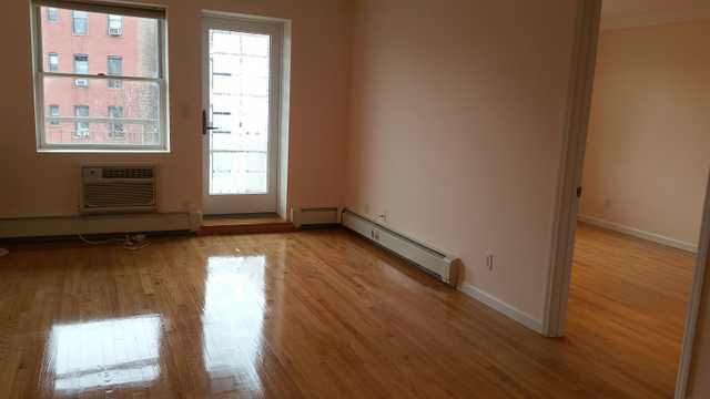 No Fee Renovated 2 Br 3 Min To Express 7 Train, 10 Min To Flushin